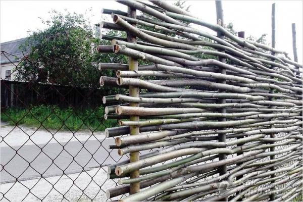 Как сделать плетеный забор — изготовление плетня (+фото)