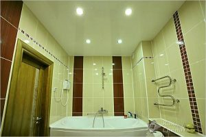 Как сделать подвесной потолок в ванной — монтаж подвесного потолка (+фото)